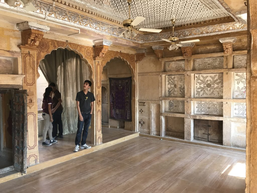 The rooftop has more built up structures than other Havelis. Possibly the more important parties happened in this haveli.