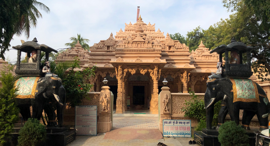 The main temple area of Kulpakji is surrounded by a low wall and the floor covered with tiles. In the middle is the main temple with a smaller temple on each side.