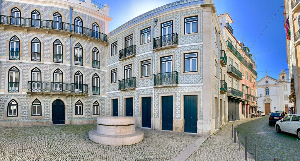 A small largo with a beautify well and tiled apartment in Alfama, Lisbon